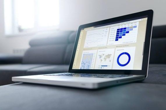 Image d'un ordinateur portable avec des graphiques à l'écran.