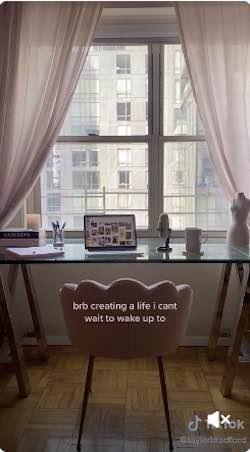 Capture d'écran d'une vidéo d'un utilisateur de TikTok montrant son bureau à domicile.