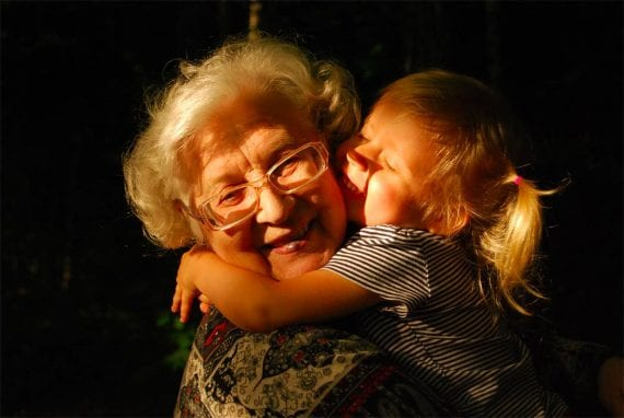 Photo d'une grand-mère avec une petite fille.