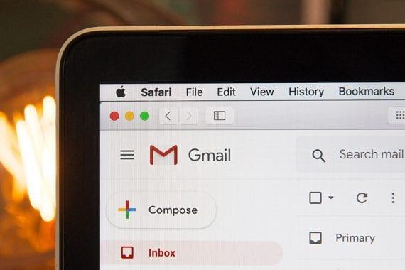 Image d'un écran de smartphone avec l'icône Gmail bien visible